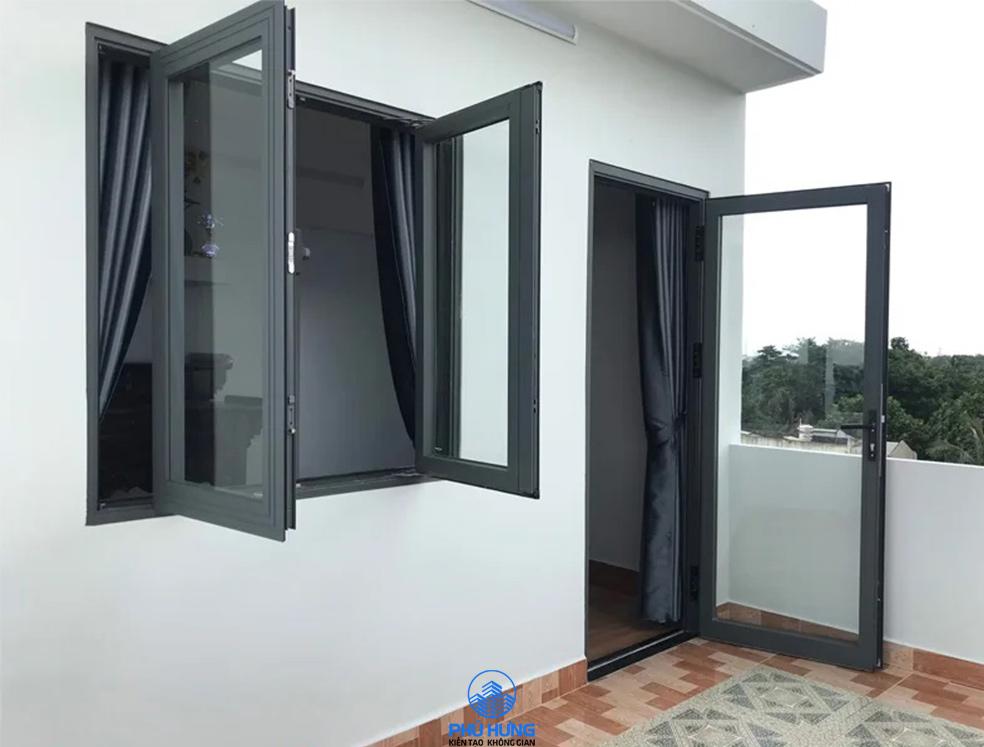 Cửa sổ mở quay 2 cánh nhôm Xingfa mở ra sân thượng